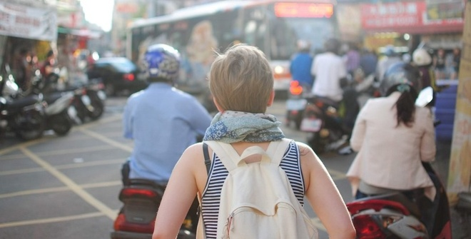 6 bat tien cua phai dep khi di du lich hinh anh 2 An toàn: Du khách nam khi đi xe ôm ở Sihanoukville, Campuchia và nhận ra người lái xe đã đi đường khác. Anh lo lắng vì sợ bị bắt cóc. Mặc dù vậy, phụ nữ vốn là đối tượng dễ bị tổn thương hơn nhiều so với nam giới, đặc biệt là khi đi du lịch một mình. Các hiểm họa đối với phái đẹp có thể kể đến nạn móc túi, cưỡng hiếp hay giết người. Ảnh: gocambio