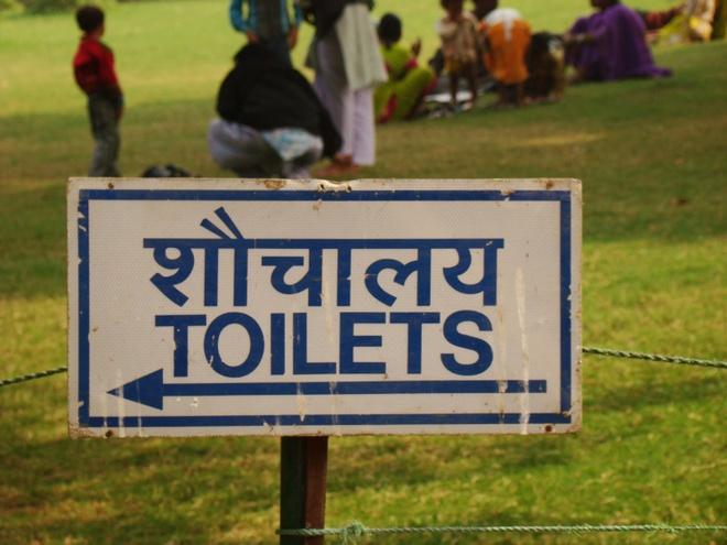 6 bat tien cua phai dep khi di du lich hinh anh 5 Đi vệ sinh Từ nhỏ, vấn đề tế nhị này vẫn được giải quyết một cách đơn giản với các cậu bé. Tuy nhiên, đây là vấn đề khá rắc rối đối với phái đẹp. Đặc biệt khi đến các vùng nông thôn như ở Ấn Độ hay Mông Cổ, các toilet thường có thiết kế kiểu cũ, tương đối bất tiện cho du khách nữ khi phải mặc những trang phục phức tạp. Ảnh: indiatravelcoach.
