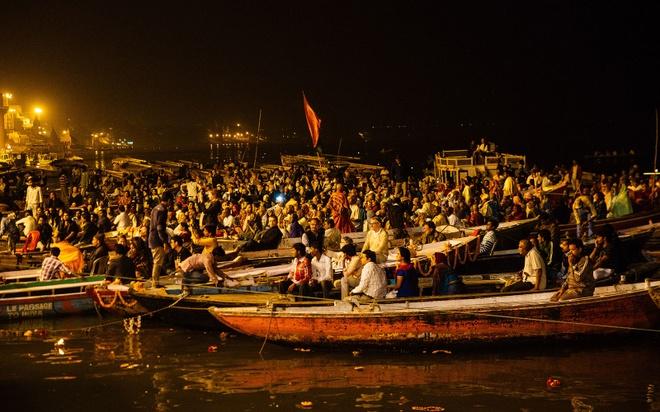 Thanh pho duoc menh danh la duong len coi niet ban hinh anh 6 Hàng nghìn người chứng kiến buổi lễ trên thuyền và ở các bậc thang bên bờ sông, hay từ ban công, mái nhà gần đó. Cuối buổi lễ, các thầy tu đổ nước xuống sông và cầu nguyện.