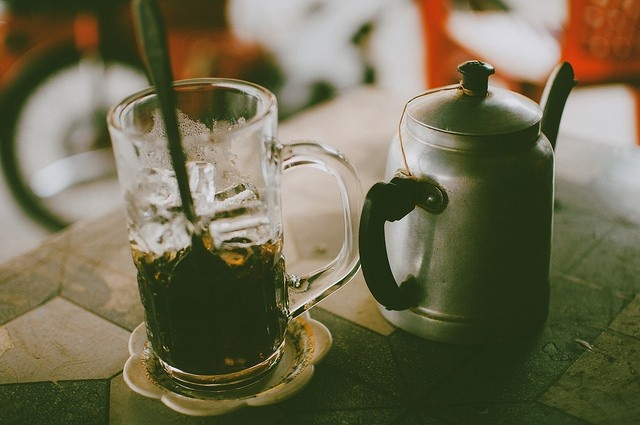 9 ly do yeu Viet Nam cua hai blogger Tay hinh anh 5 Văn hóa cà phê: Uống cà phê là thói quen trong những ngày du lịch của Jack và Jenn. Họ thực sự ấn tượng bởi văn hóa cà phê ở Việt Nam, từ cà phê phin đến cà phê đá, cà phê sữa, thậm chí cà phê sữa chua.
