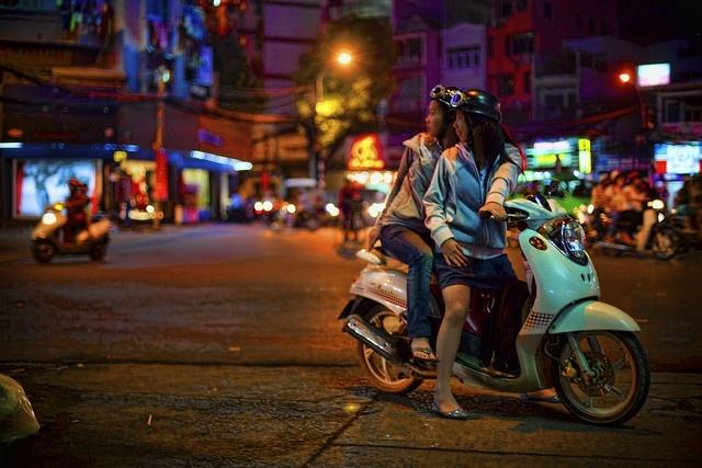 9 ly do yeu Viet Nam cua hai blogger Tay hinh anh 8 Cuộc sống thành phố: Đó là một nhịp sống năng độn, với giao thông, chợ búa nhộn nhịp, quầy hàng ăn dậy mùi thơm ngon khắp các góc phố.
