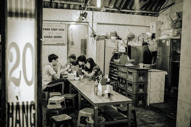 9 ly do yeu Viet Nam cua hai blogger Tay hinh anh 4 Quán ven đường: Chỉ cần vài chiếc bàn nhỏ và mấy chiếc ghế nhựa bày ở góc các phố cổ ở Hà Nội, Hội An, và Sài Gòn là đã thành một quán ăn, đồ ăn cực ngon, rẻ, lại dễ dàng kết bạn.