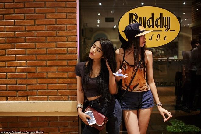 Cuoc song soi dong ve dem o pho Tay Bangkok hinh anh
