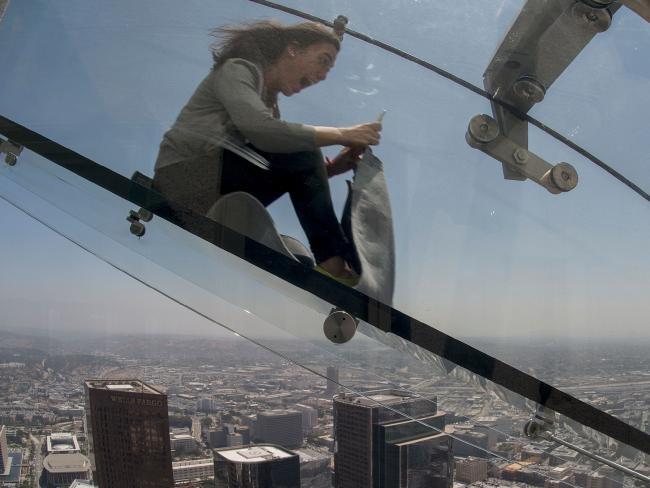 Ong truot kinh dang so tren toa nha cao nhat Los Angeles hinh anh 2