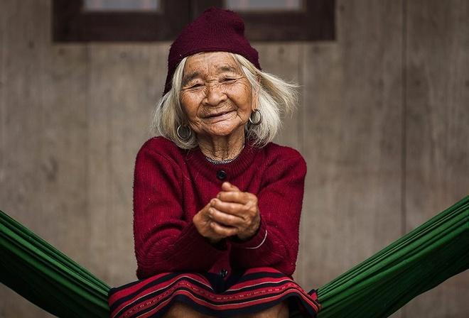 Trien lam anh 'Phu nu Viet Nam' tren duong pho Hoi An hinh anh
