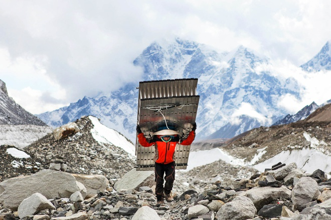 Phia sau nang luc phi thuong cua nguoi Sherpa tren dinh Himalaya hinh anh 1
