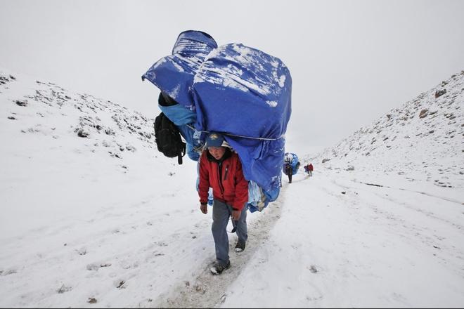 Phia sau nang luc phi thuong cua nguoi Sherpa tren dinh Himalaya hinh anh 2