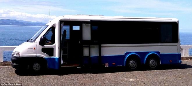 Cap doi bien bus cu thanh nha xe di du lich the gioi hinh anh 1
