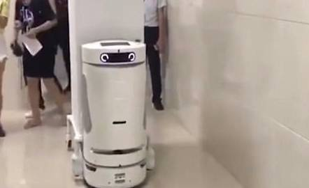 Robot lam viec trong benh vien de ho tro y ta hinh anh
