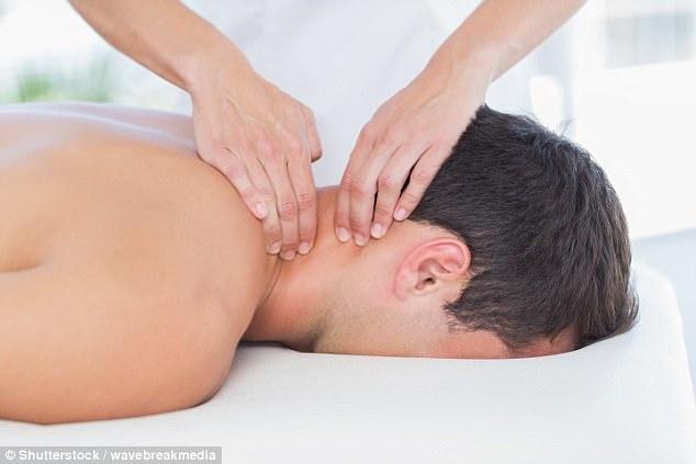Nguoi dan ong bi dot quy nghi do massage thuong xuyen hinh anh 1