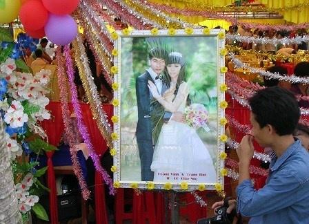 Chu tich xa cuoi chu re lop 11 cho 'tieu thu' lop 10 hinh anh 1 Ảnh đám cưới con gái ông Chủ tịch xã Phú Thuận được tổ chức tại ủy ban xã.