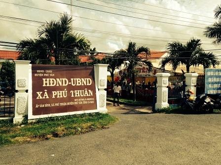 Chu tich xa cuoi chu re lop 11 cho 'tieu thu' lop 10 hinh anh 2 Trụ sở Ủy ban xã Phú Thuận.