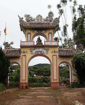 Huyen bi ngoi chua ma cua vi Dai duc tu thieu hinh anh 2 Cổng chính Bửu Sơn Tự.