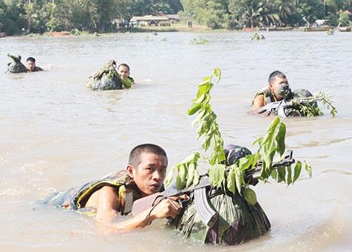 Su doan 9 dien tap chien thuat co ban dan that hinh anh 1 Cán bộ, chiến sĩ Trung đoàn 2 (Sư đoàn 9) thực hành vượt sông Sài Gòn trong diễn tập bắn đạn thật.
