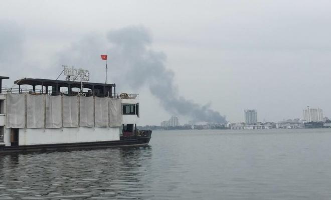 Từ hồ Tây cũng có thể nhìn thấy cột khói bốc cao hàng trăm mét. Ảnh:  Hà Tùng/Otofun.