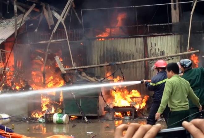 Chay cho Nhat Tan, nhieu tieu thuong trang tay hinh anh 5 Nỗ lực dập lửa của lính cứu hỏa trước ngọn lửa ngùn ngụt.