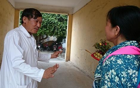 Noi benh nhan troi bac si de tron hinh anh 2 Bác sĩ Tạ Văn Lưu trao đổi với người nhà một bệnh nhân.
