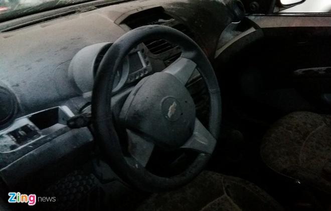 Xe Chevrolet boc chay duoi ham cau vuot hinh anh 5