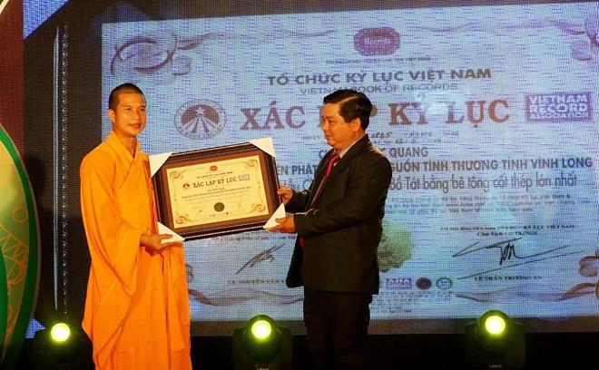Thu tuong tang bang khen cho Dai duc Thich Phuoc Ngoc hinh anh 1