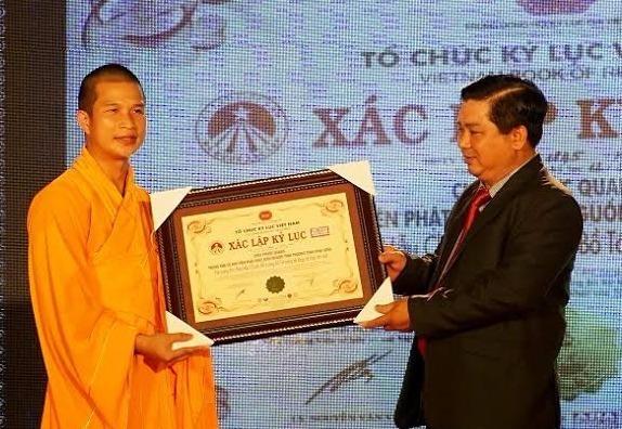 Thu tuong tang bang khen cho Dai duc Thich Phuoc Ngoc hinh anh