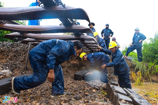 Sài Gòn ngập nặng, xe BMW chết máy bị bỏ lại giữa đường