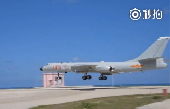 May bay nem bom H-6K ha canh tai Hoang Sa hinh anh