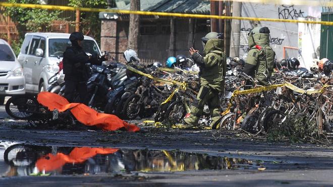 Khung bo o Indonesia: Ca gia dinh 6 nguoi danh bom tu sat hinh anh