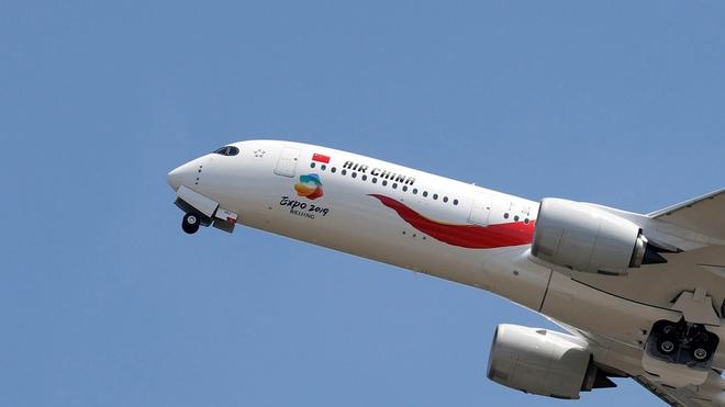 Air China sa thai phi cong hut thuoc khien may bay roi tu do hinh anh 1