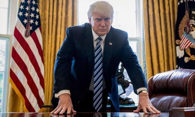 Ngay tham hoa cua Trump voi hai 'qua bom' phap ly hinh anh