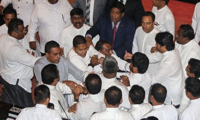 Quoc hoi Sri Lanka hon loan, nghi si doi lap lao vao au da hinh anh