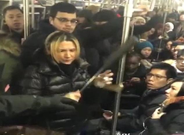 Bat nghi pham hanh hung co gai goc A tren tau dien ngam New York hinh anh