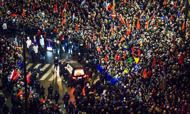 Lanh dao EU va hang nghin nguoi dua tien thi truong Ba Lan bi am sat hinh anh