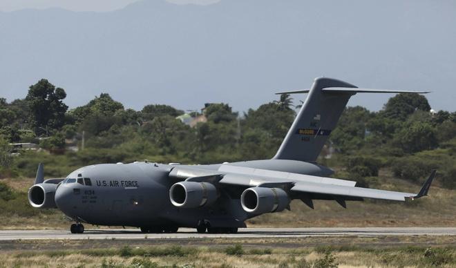 May bay quan su C-17 My dua hang vien tro den sat bien gioi Venezuela hinh anh