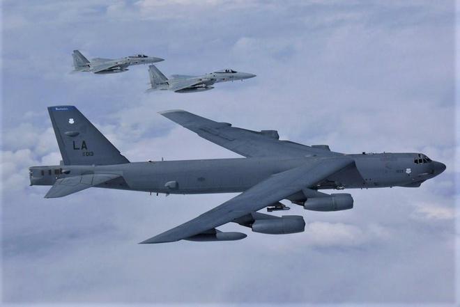 B-52 bay qua Bien Dong anh 1