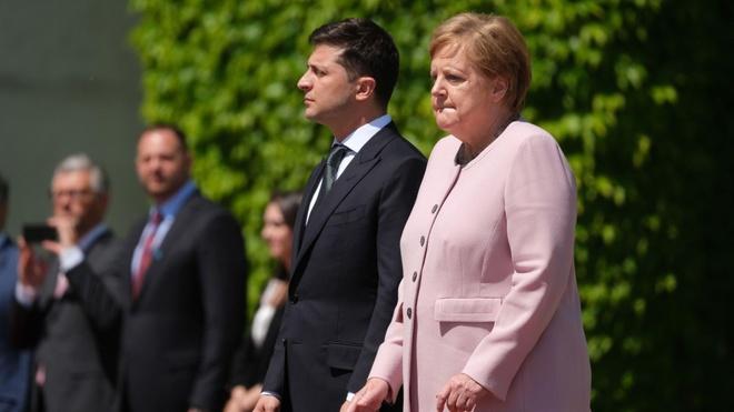 Thu tuong Merkel run lay bay o le chao co voi tong thong Ukraine hinh anh 1