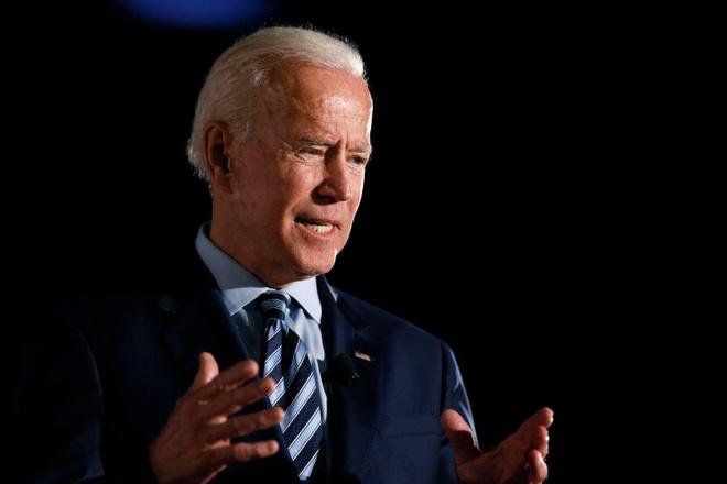 Cuu pho TT Joe Biden thach TT Trump thi hit dat tren san khau hinh anh 1