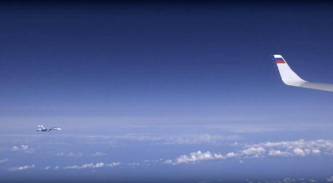 NATO phan phao vu F-18 ap sat chuyen co Bo truong Quoc phong Nga hinh anh 2