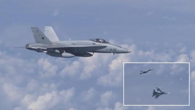 NATO phan phao vu F-18 ap sat chuyen co Bo truong Quoc phong Nga hinh anh 1