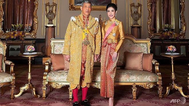 Vua Thai tuoc moi chuc vi cua hoang quy phi vi 'bat trung thanh' hinh anh 3