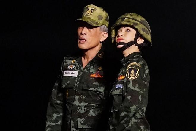 Hinh anh Hoang quy phi Thai lai may bay, ban sung gay bao mang hinh anh 6