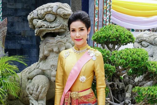 Hinh anh Hoang quy phi Thai lai may bay, ban sung gay bao mang hinh anh 3