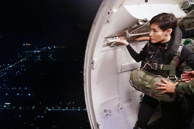 Hinh anh Hoang quy phi Thai lai may bay, ban sung gay bao mang hinh anh 11
