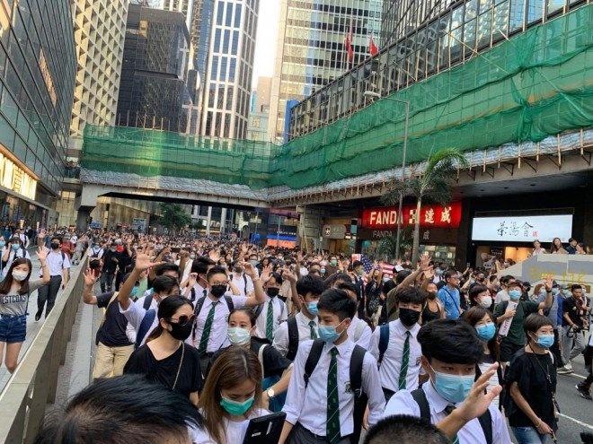 Dung luat dac biet, Hong Kong cam nguoi bieu tinh deo mat na hinh anh 2