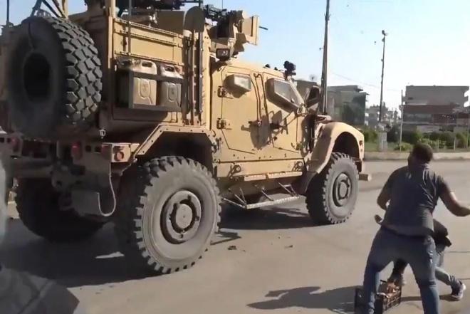 Nguoi Kurd nem ca chua vao xe quan su My rut khoi Syria hinh anh