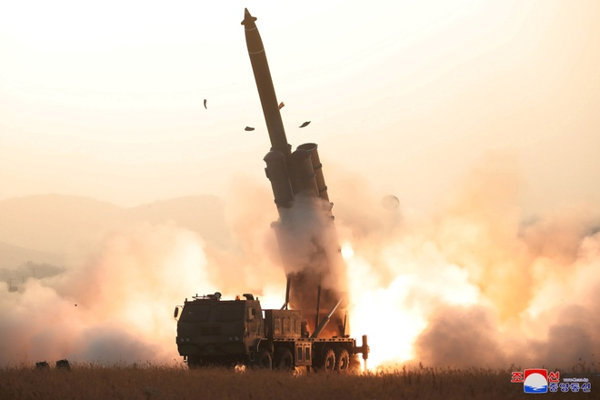 Ong Kim Jong Un chi dao thu nghiem be phong ten lua sieu lon hinh anh 1