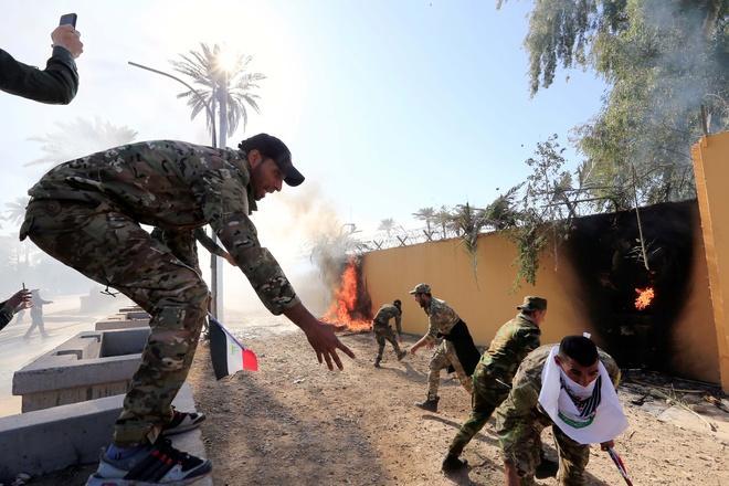 Nguoi bieu tinh pha cua, tan cong dai su quan My tai Iraq hinh anh 1 KMD_3.jpg