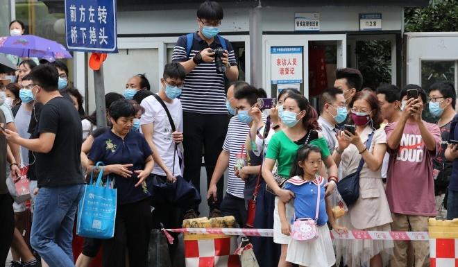 Người dân Trung Quốc đến xem lãnh sự quán Mỹ tại Thành Đô đóng cửa. Ảnh: South China Morning Post.
