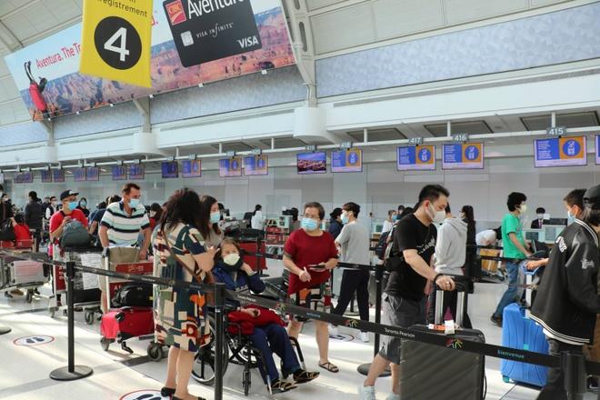 Công dân Việt Nam tập trung tại sân bay Toronto cho chuyến bay chở về nước. Ảnh: Bộ Ngoại giao.