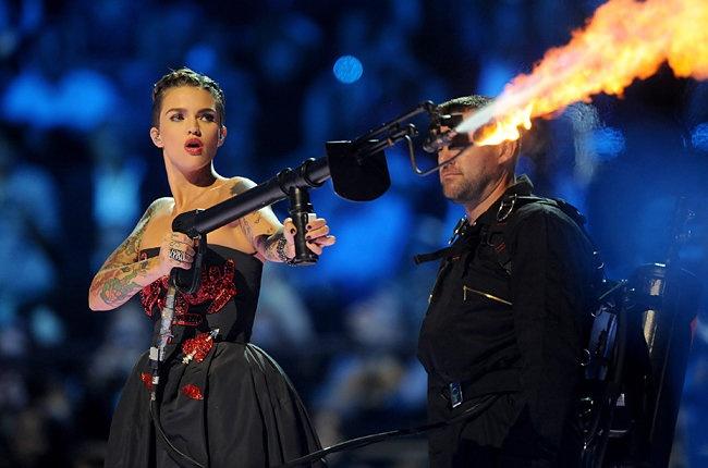 Taylor Swift thang o EMA nho ca khuc da xeo Katy Perry hinh anh 1