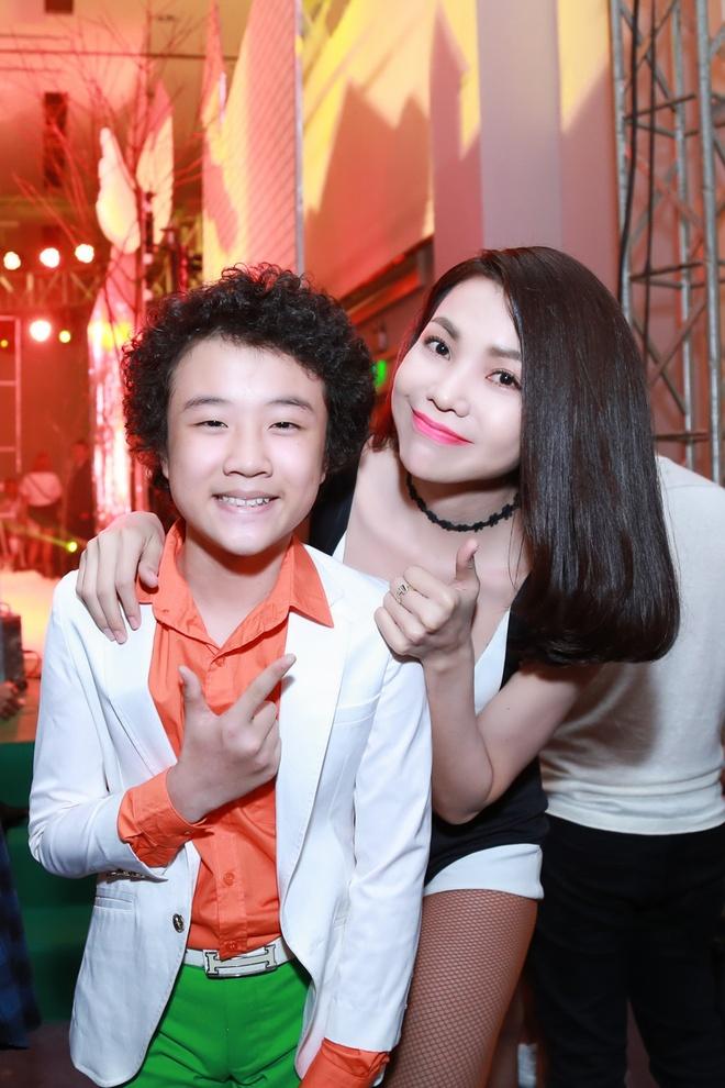 Tra Ngoc Hang khoe vu dao nong bong tren san khau hinh anh 2